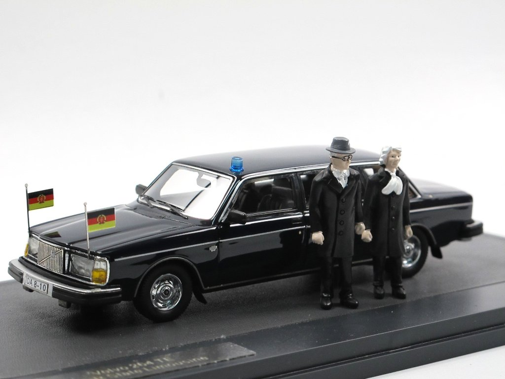 Matrix 1978 Volvo 264 TE Honecker Limousine + Figuren 1/43 DDR