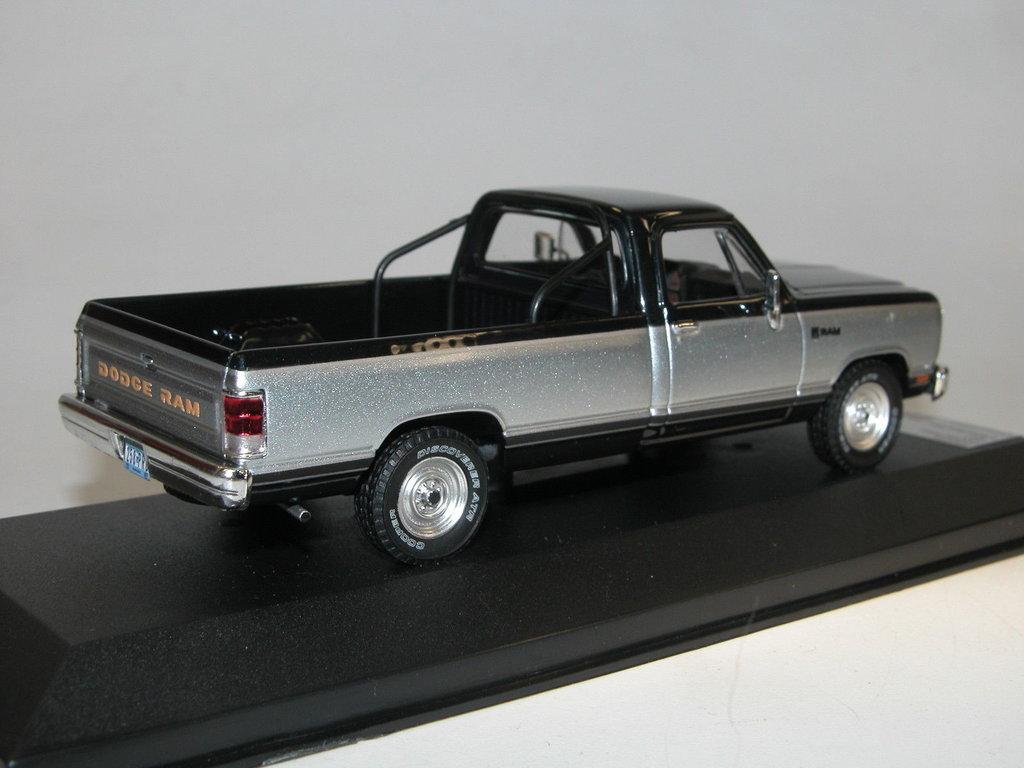 premium x 1987 dodge ram pick up silber blau g nstiger. Black Bedroom Furniture Sets. Home Design Ideas