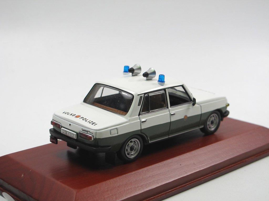 Atlas Edition DDR Modelle Wartburg 353 Limousine Volkspolizei in Vitrine OVP1:43